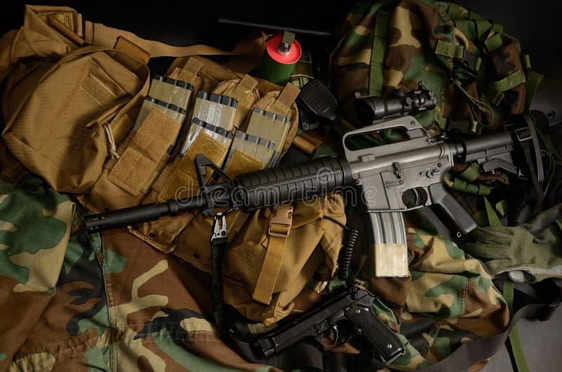 Carabine avec les installations tactiques de coffre Équipement militaire image stock