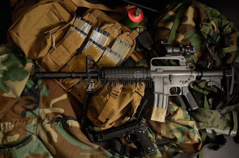 Carabine avec les installations tactiques de coffre Équipement militaire images stock