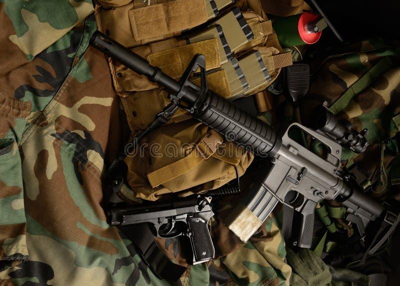 Carabine avec les installations tactiques de coffre Équipement militaire photo stock