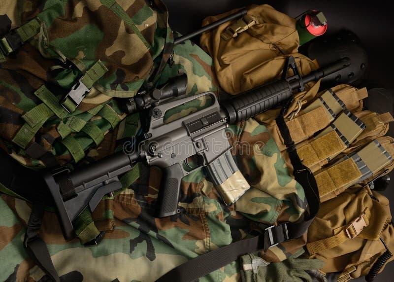 Carabine avec les installations tactiques de coffre Équipement militaire photographie stock