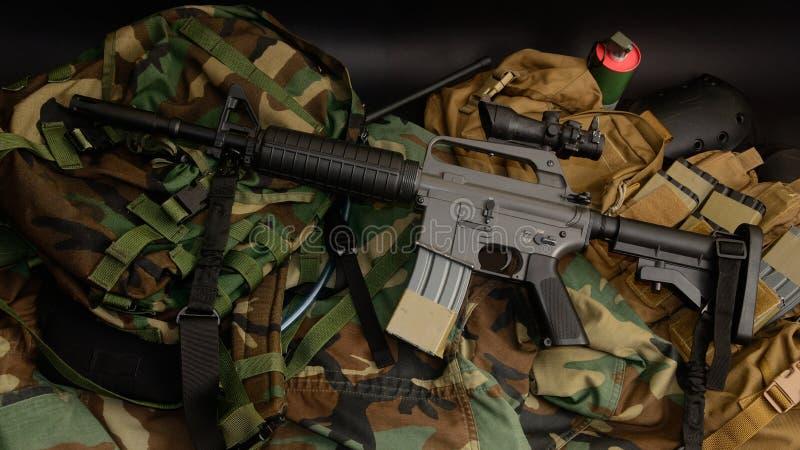 Carabine de fusil d'assaut avec les installations tactiques de coffre Équipement militaire images stock