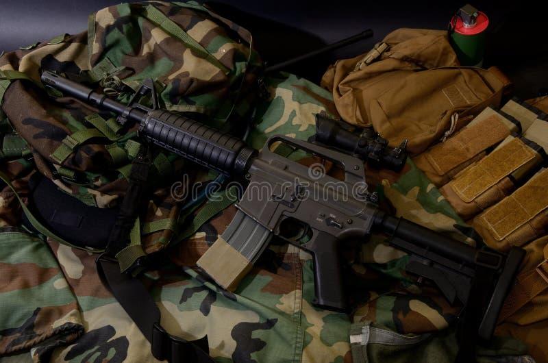 Carabine de fusil d'assaut avec les installations tactiques de coffre Équipement militaire photo libre de droits