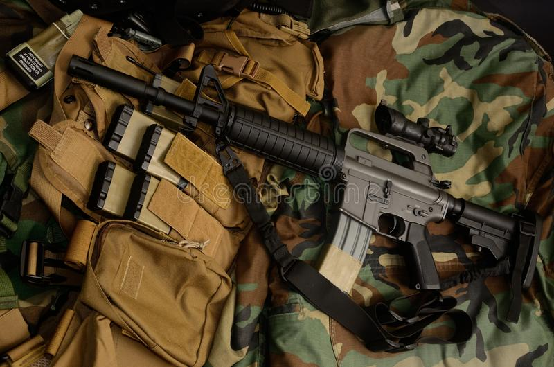 Carabine de fusil d'assaut avec les installations tactiques de coffre Équipement militaire image libre de droits