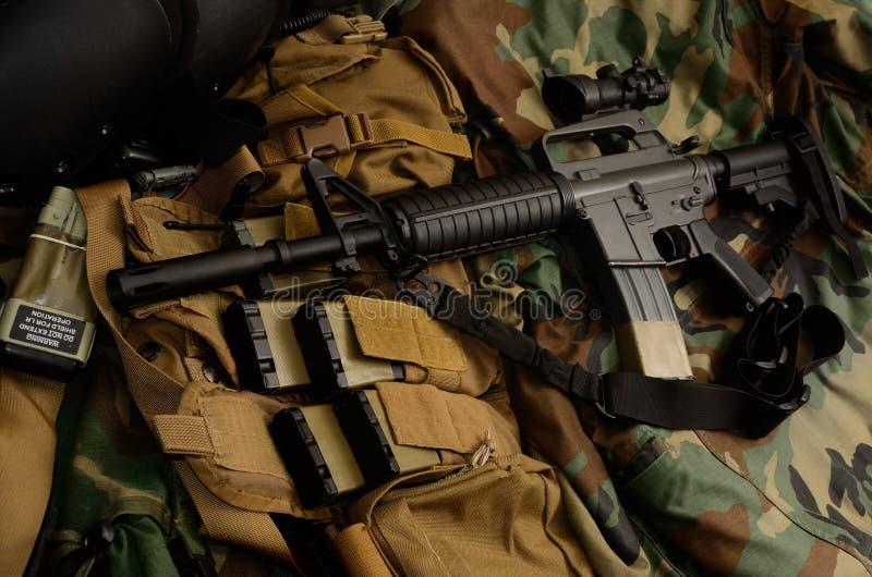 Carabine de fusil d'assaut avec les installations tactiques de coffre Équipement militaire photos stock