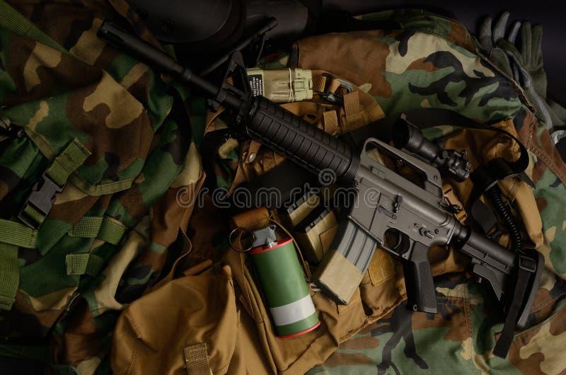 Carabine de fusil d'assaut avec les installations tactiques de coffre Équipement militaire photographie stock libre de droits