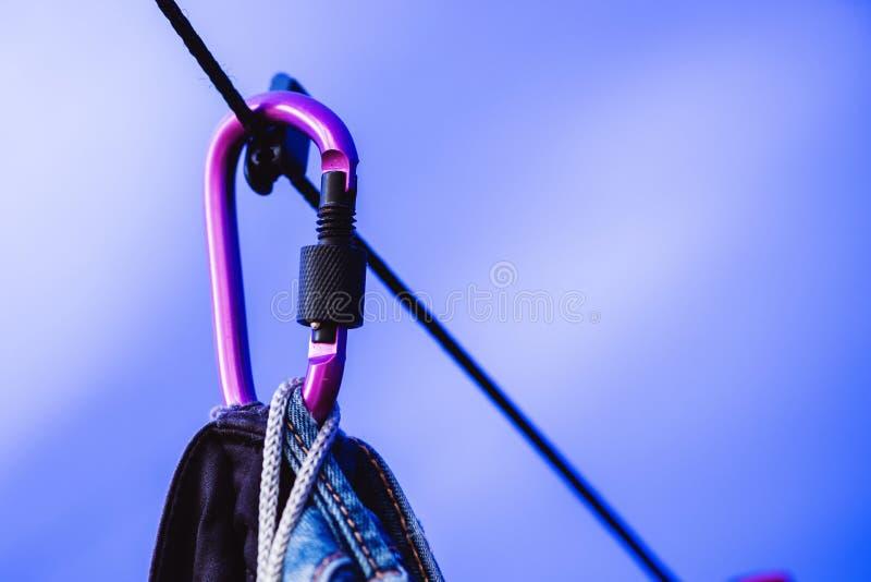 Carabiner czerń z linowymi Wiszącymi cajgami i purpury zdjęcie stock