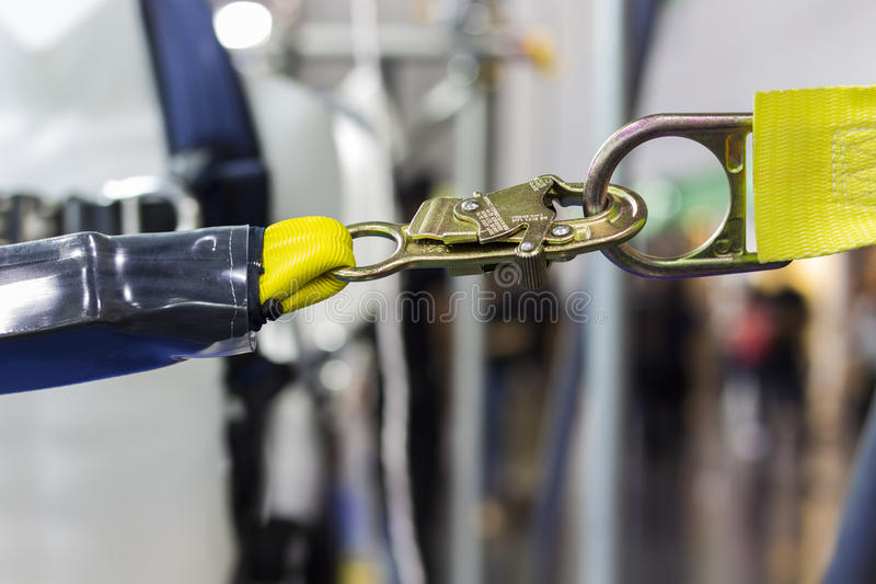 Carabiner pour le harnais s'élevant image stock