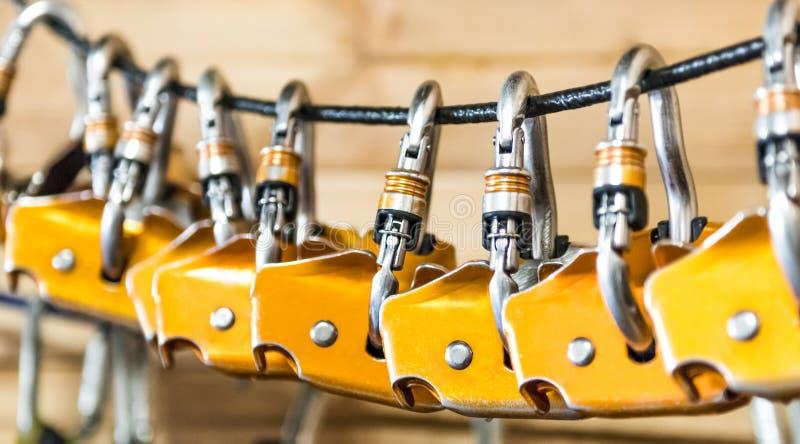 Carabiners voor klimmers op een kabel worden gehangen die stock afbeeldingen