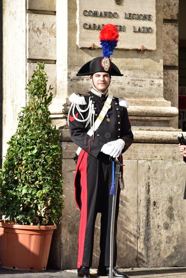 Carabiniere ROMS am 29. Oktober 2015 in der Paradereihe, mit Hut, Handschuhe und Klinge, steht vor Carabinieri-Station im Marktpl lizenzfreies stockbild