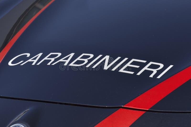 Carabinieri -这是写了在意大利军队的第一力量的服务汽车的前面敞篷 图库摄影