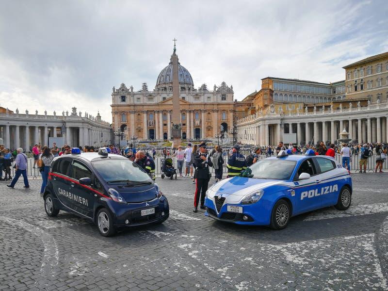 Carabinieri och polisen framme av Vaticanet City i Rome arkivbilder