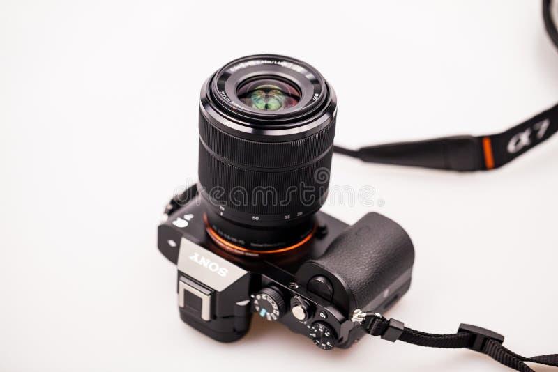 27 10 2015, CARACAL, la ROMANIA, foto editoriale indicativa e dettagli della macchina fotografica mirrorless di Sony a7 fotografie stock