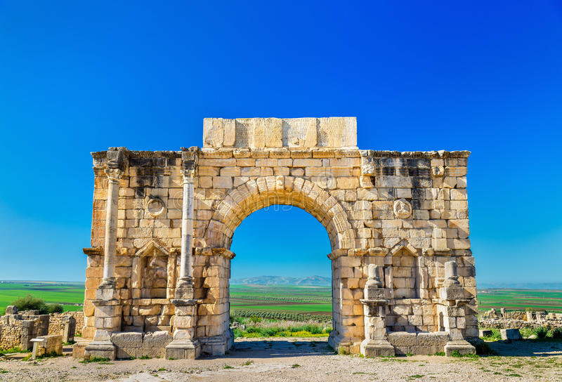 Caracalla triumf- båge på Volubilis, en UNESCOarvplats i Marocko royaltyfria bilder