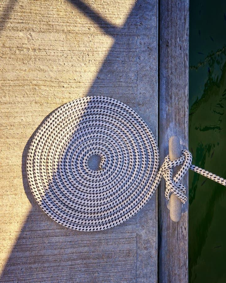 Caracol-corda com sol e sombra no cais do Mar Báltico fotos de stock royalty free