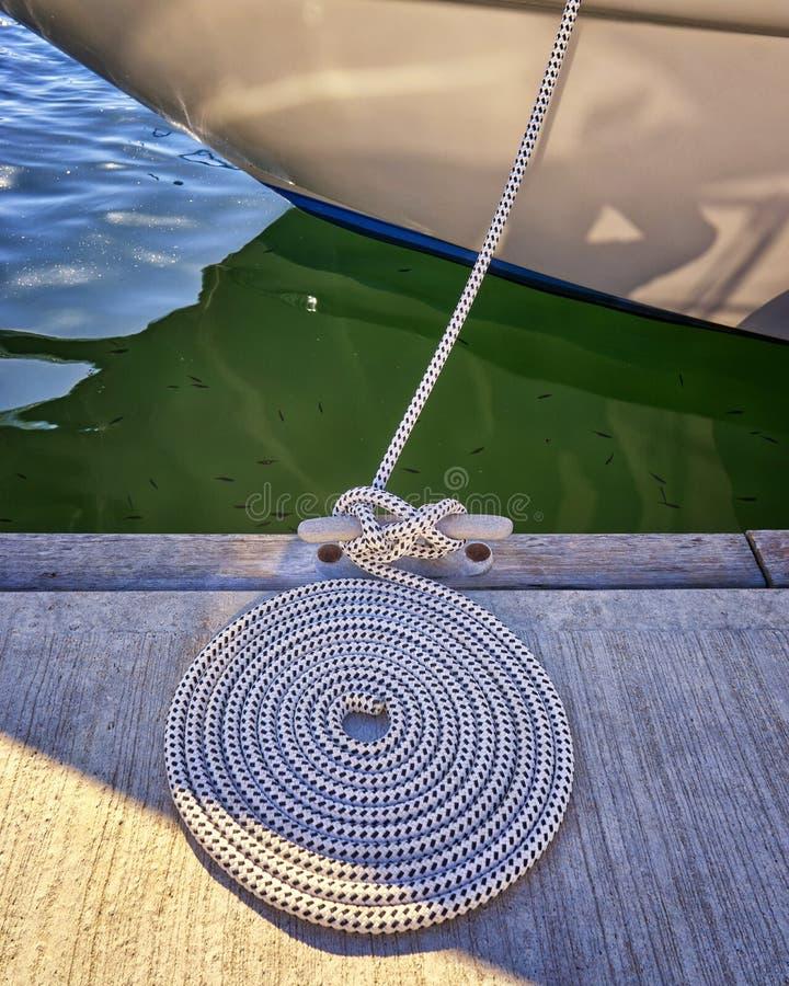 Caracol-corda no píer do Mar Báltico foto de stock