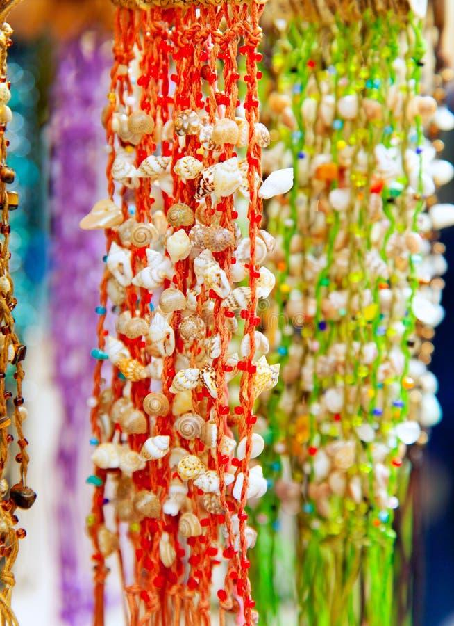 Caracol de mar y necklazes coloridos handcrafted shell imágenes de archivo libres de regalías