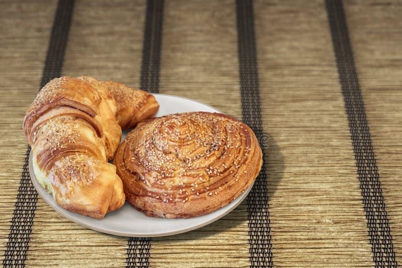 Caracol Rolls da massa folhada do croissant polvilhado com as sementes de sésamo sobre foto de stock royalty free