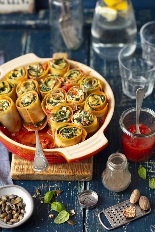 Caracoles de las pastas hechos con lasaña y rellenos con espinaca y queso feta imagenes de archivo