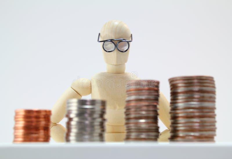 Caractère de regard intelligent regardant des pièces de monnaie des USA. photos stock