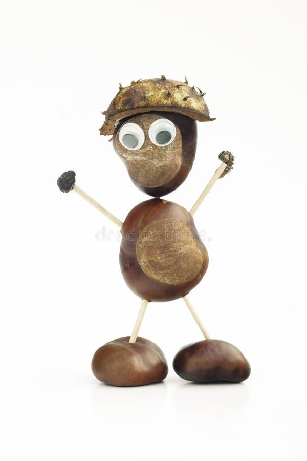 Caractère ou figurine humain drôle de forme faite avec des châtaignes dans W images stock
