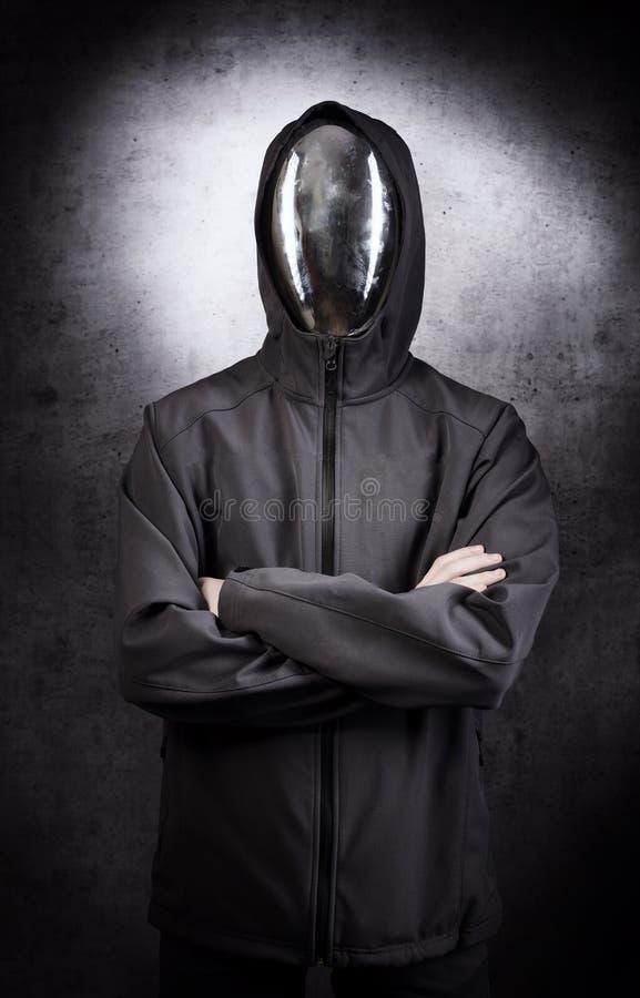 Caractère sans visage avec le masque de miroir sur le fond gris photo stock