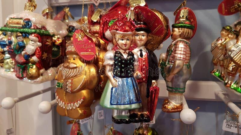 Caractères allemands de couples dans des costumes traditionnels comme ornements de Noël au marché de Noël en Berlin Germany Vacan photographie stock libre de droits
