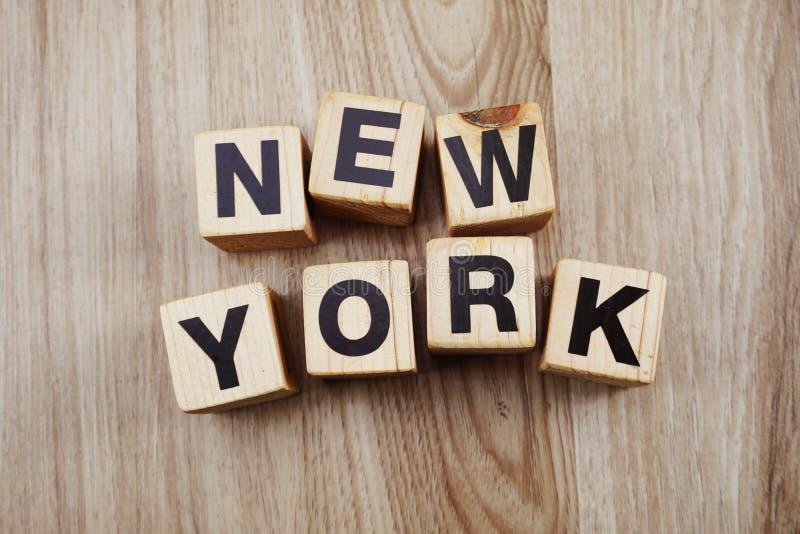 Caractères gras New York d'alphabet sur le fond en bois photographie stock