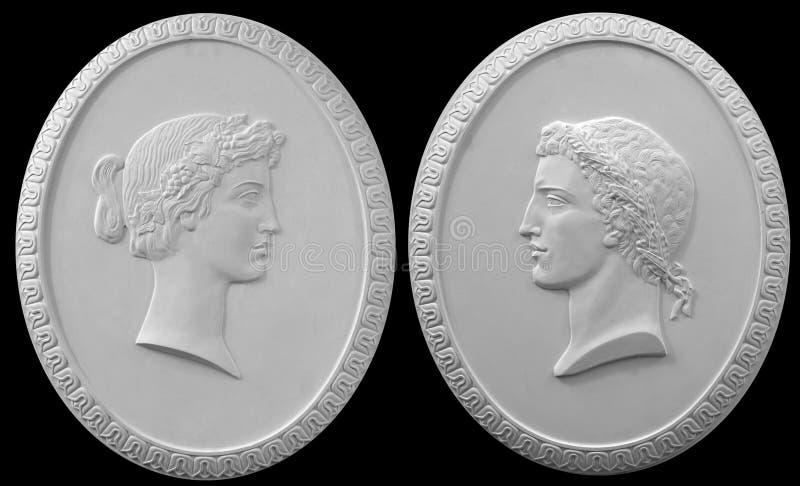 caractères grecs de bas-relief de plâtre un fond blanc photos libres de droits