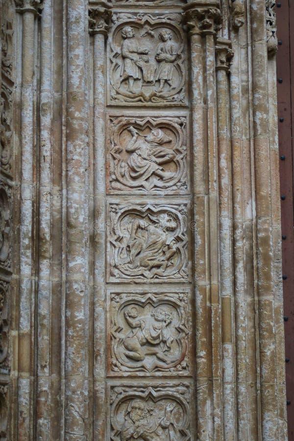 Caractères médiévaux sur le mur de la cathédrale de Rouen photos stock