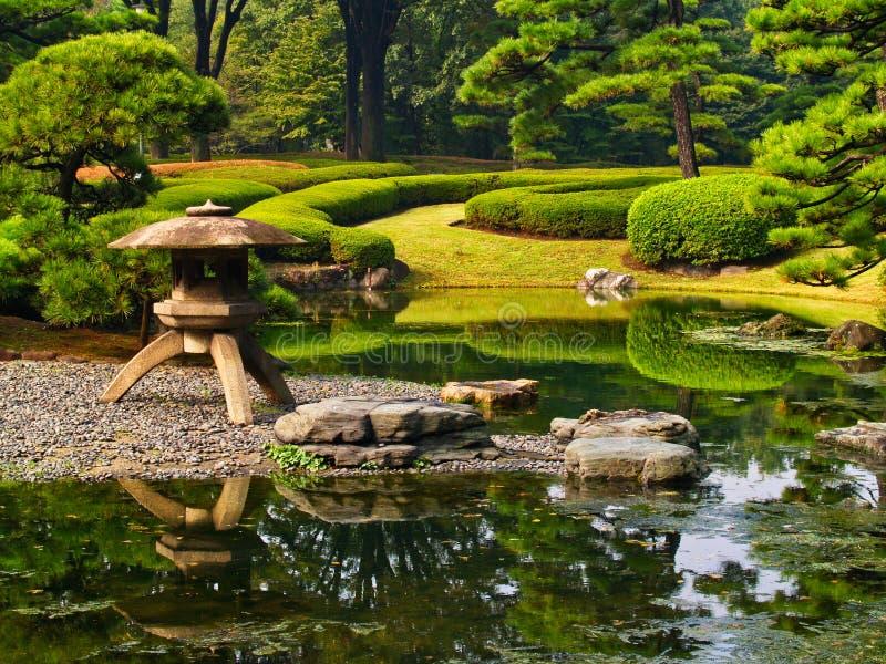 Caractéristique formelle de l'eau, jardins impériaux de palais, Tokyo, Japon images libres de droits