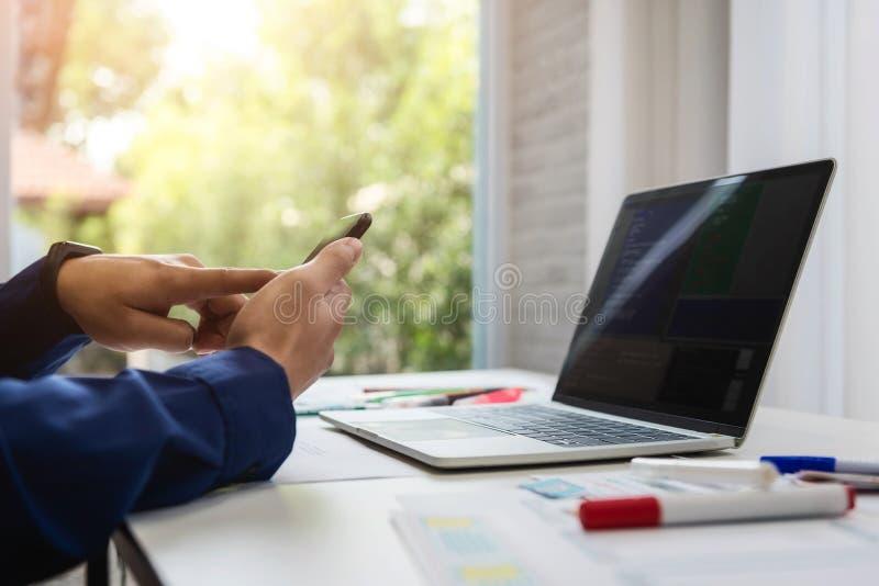 Caractéristiques d'appli d'essai mobile d'application d'homme de concepteur nouvelles Il travaillant avec l'ordinateur et le télé photo libre de droits