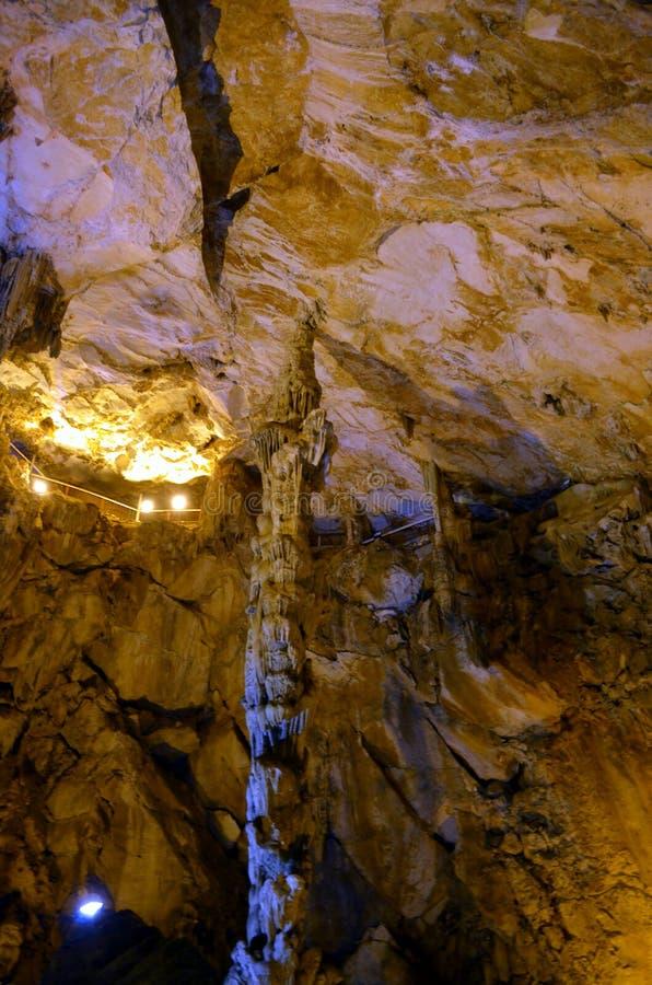 Caractéristiques pittoresques de karst illuminées dans la caverne image libre de droits