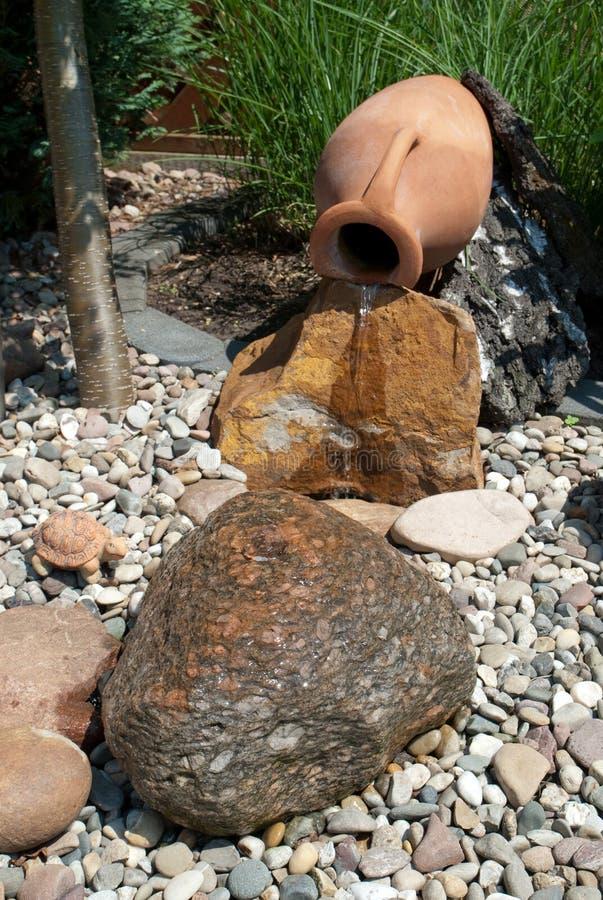 Característica da água em um jardim decorativo fotografia de stock royalty free