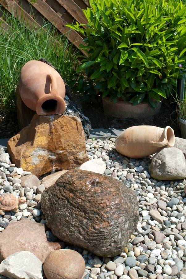 Característica da água em um jardim decorativo fotografia de stock