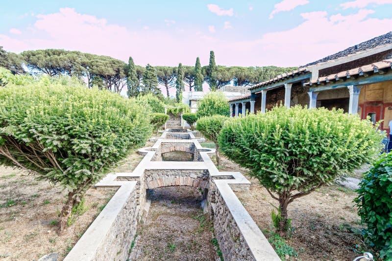 Característica do jardim e da água da grande casa de campo romana em Pompeii, Nápoles imagens de stock