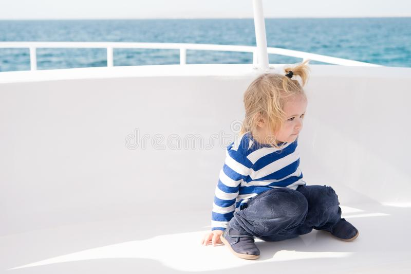 Características amistosas del niño Barco de cruceros de las vacaciones de familia todo el viaje inclusivo Travesía del mar del ni imágenes de archivo libres de regalías