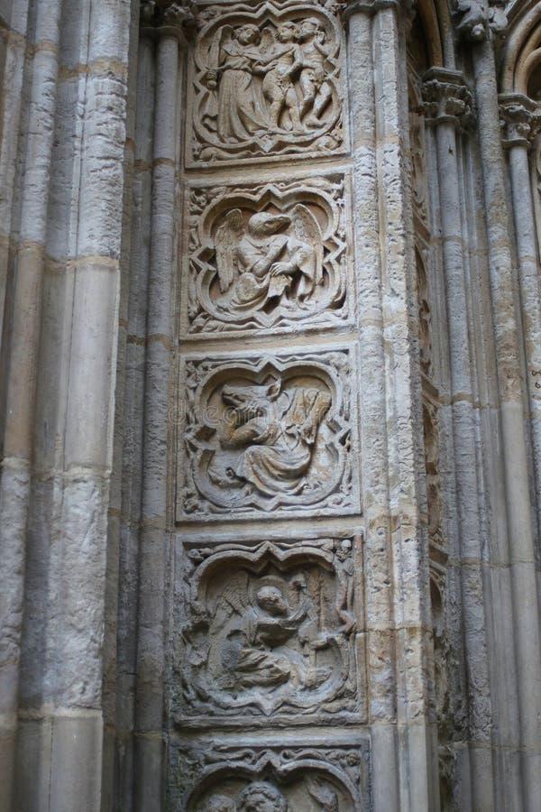 Caracteres medievales alegóricos tallados en la pared de la catedral de Ruán fotos de archivo libres de regalías