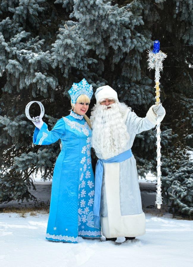 Caracteres rusos Ded Moroz Father Frost de la Navidad y doncella de la nieve de Snegurochka imagen de archivo libre de regalías