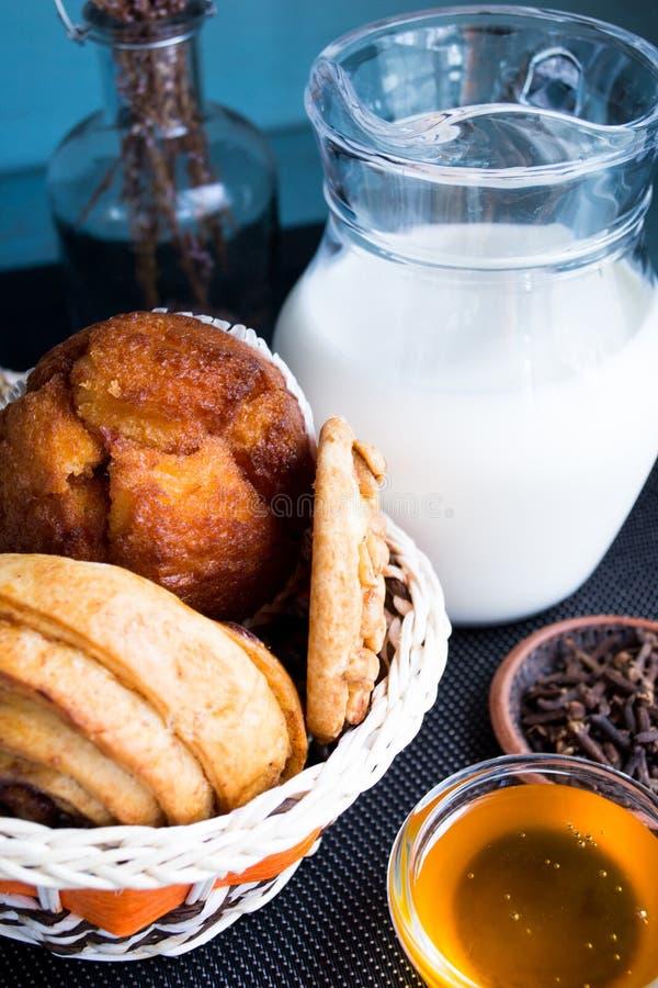 Carafe молока с испеченными печеньями арахисового масла стоковая фотография