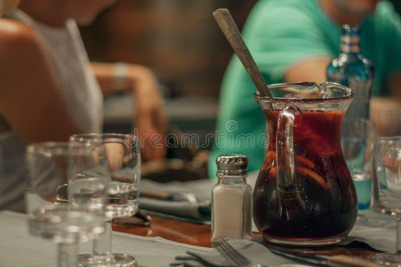 Carafe de sangria dans le restaurant de Barcelone images libres de droits