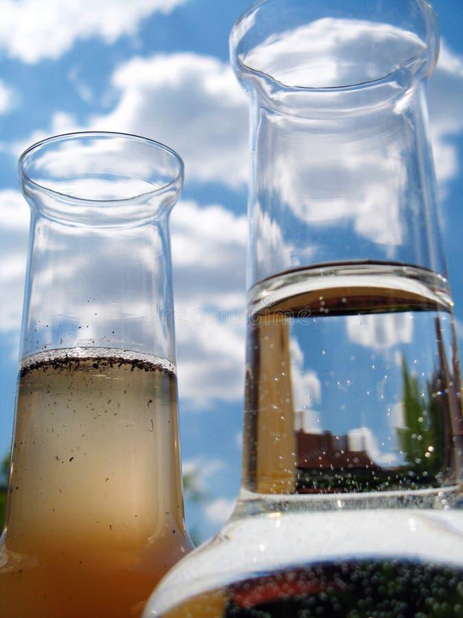 Carafe des sauberen und schmutzigen Wassers lizenzfreie stockfotografie