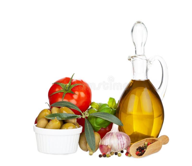 Carafe en verre avec l'huile d'olive et d'autres ingrédients images stock
