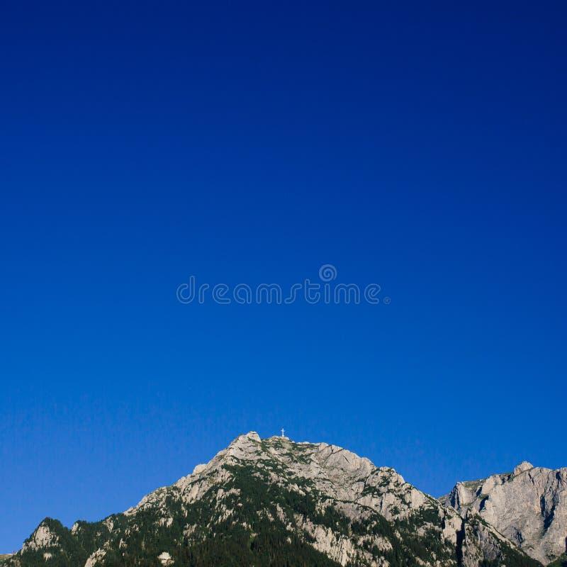 Caraiman bohaterzy krzyżują w Bucegi górach, Carpathians Widok od Busteni, Transylvania, Rumunia fotografia stock