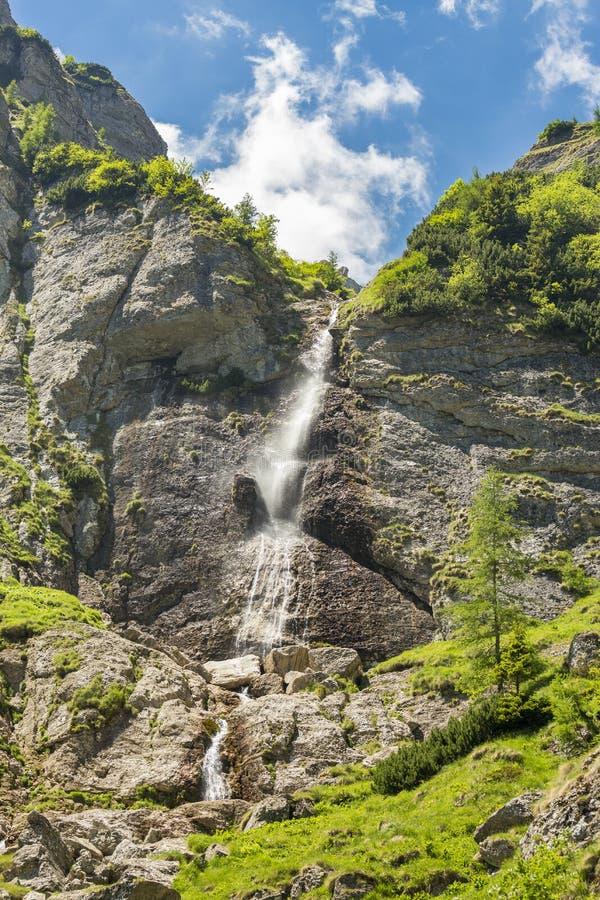 Caraiman tombe en montagnes de Bucegi, Roumanie photographie stock libre de droits