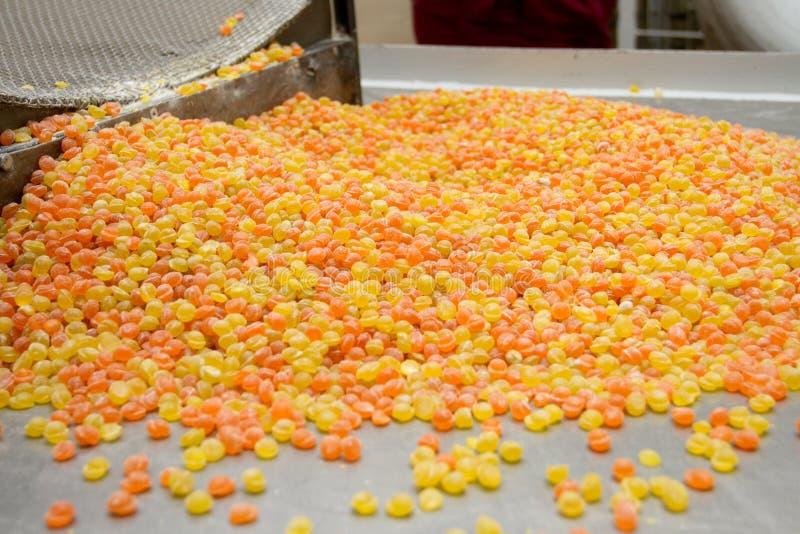 Caramel coloré sur l'usine industrielle de pâtisserie photo libre de droits