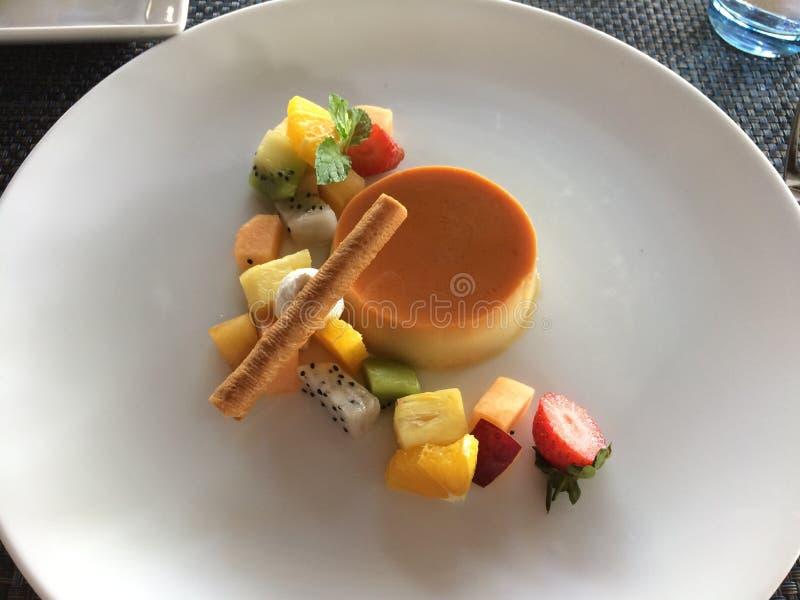 Caramel de crème avec des morceaux de fruit du dragon, fraises, kiwi, m image libre de droits