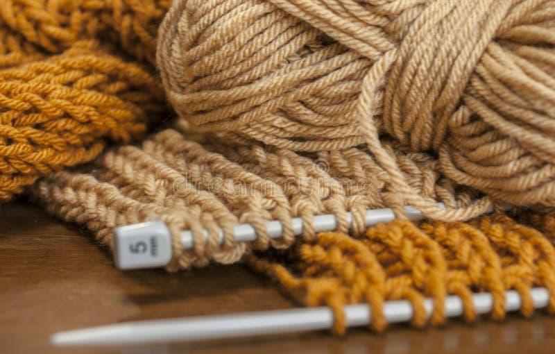 Caramel et moutarde - écharpes étant tricotées photos libres de droits