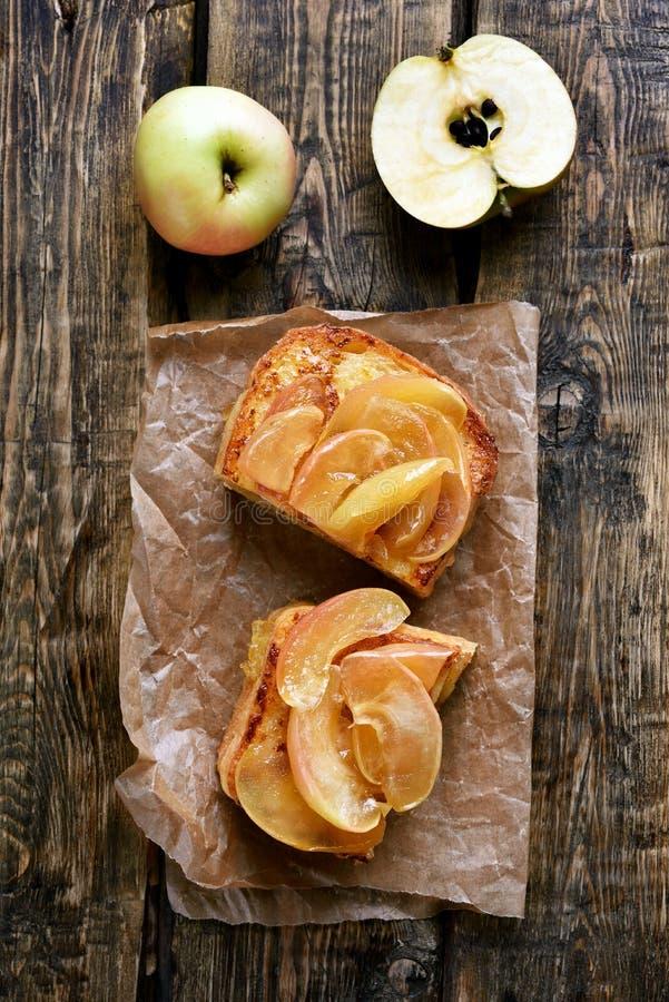 Caramelized яблоки на хлебе здравицы стоковые изображения rf