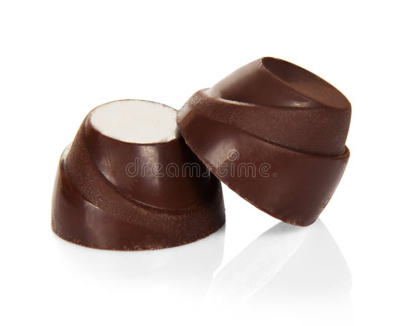 Caramella color cioccolato con il riempimento isolata su fondo bianco fotografia stock