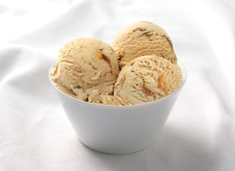 Caramella del gelato nella tazza ceramica fotografia stock libera da diritti